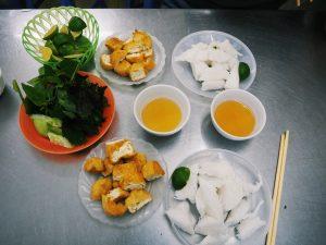 Dwie porcje smażonego tofu rybnym sosem. Cena za porcję 20 tys. dongów.