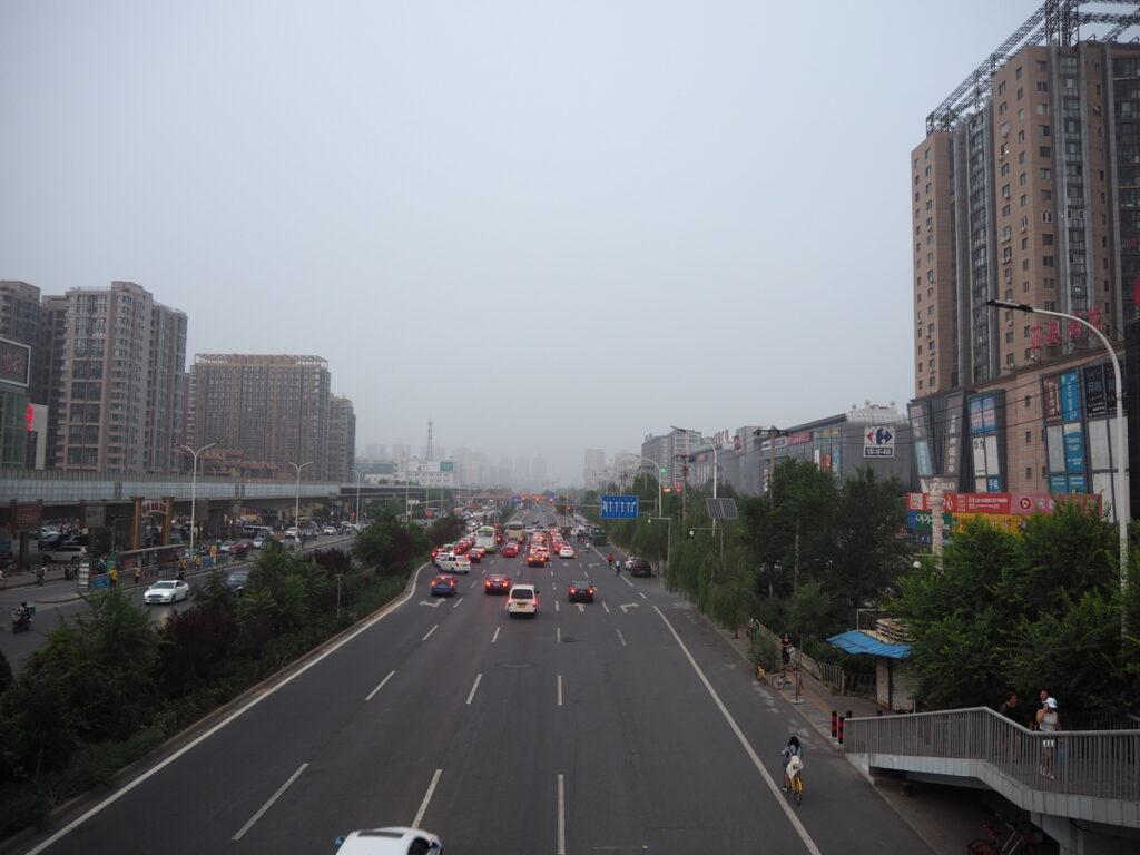 Najczęściej Pekin wygląda tak. Nic specjalnego, ale nie ma się co zrażać. Miasto jest OGROMNE i skrywa w swoich wnętrzach piękne dzielnice. Słońce też całkiem często pojawia się na spowitym smogiem niebie. I wtedy wszyscy są zadowoleni.