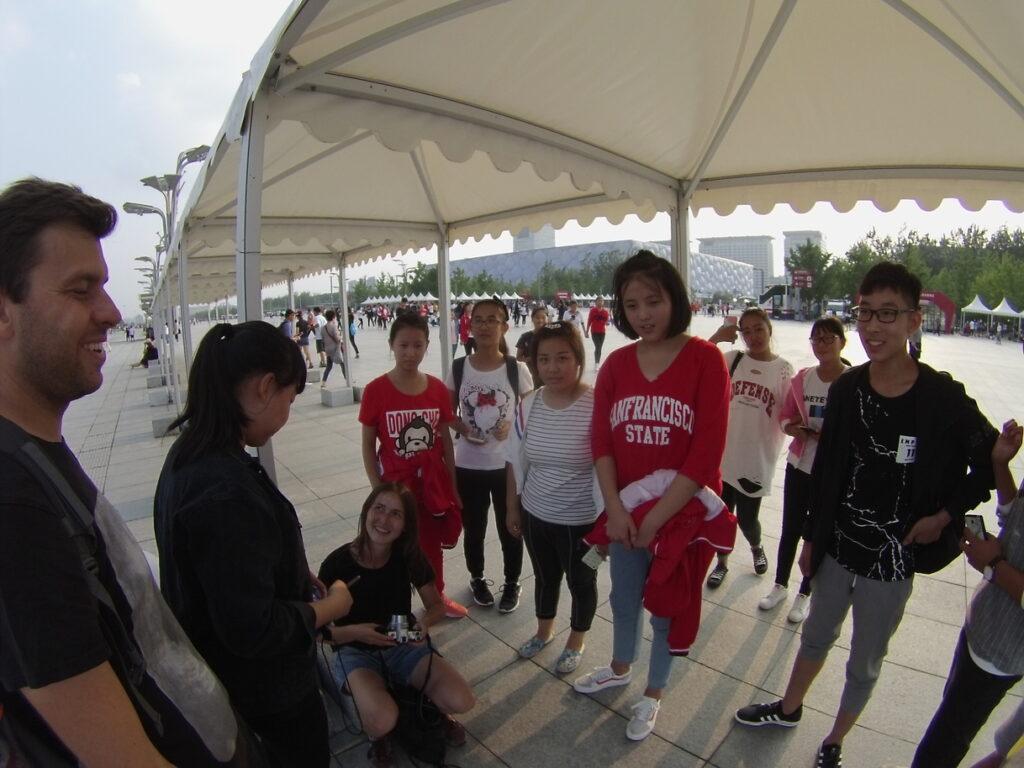 Wokół stadiony krążą szkolne wycieczki, więc jako turysta z Europy na pewno zostaniesz poproszony o wspólne zdjęcie.