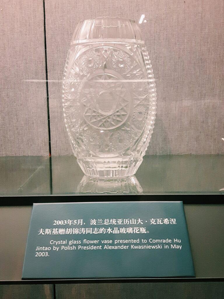 Jeden z najcenniejszych eksponatów. Kryształowy wazon podarowany Chińczykom przez Aleksandra Kwaśniewskiego w 2003 roku.