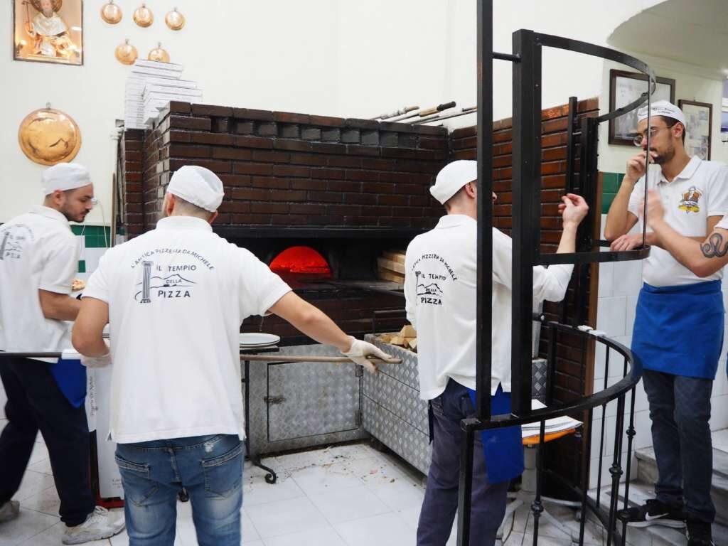 Przygotowywanie pizzy w L'antica Pizzeria da Michele