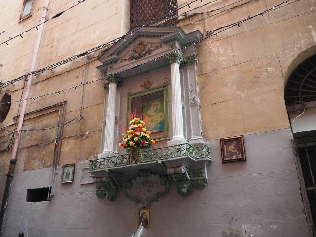 Kapliczka w historycznym centrum Neapolu